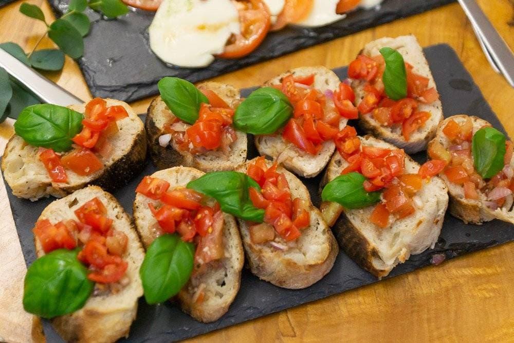 Bruschetta mit Tomaten, Zwiebel, Basilikum bei 400 Grad