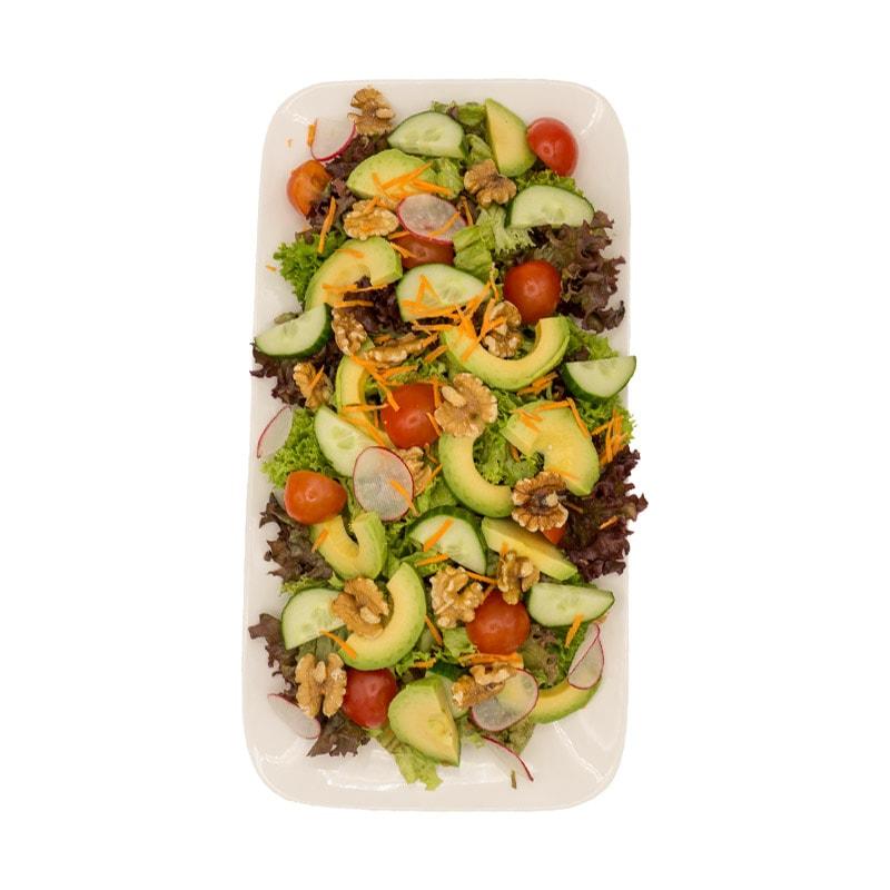 Salat mit Avocado und Nüssen